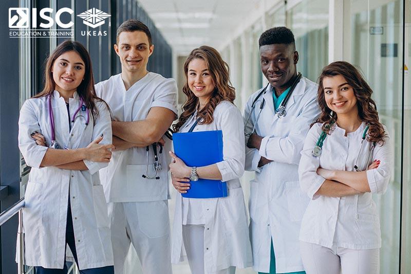 Nhóm ngành sức khỏe và Y tế luôn được đề cao trong xã hội